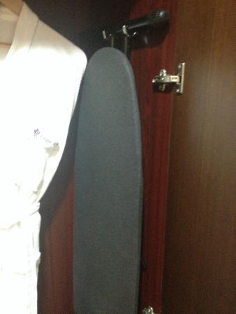 cuscino e coperta extra - picture of park regis kris kin hotel
