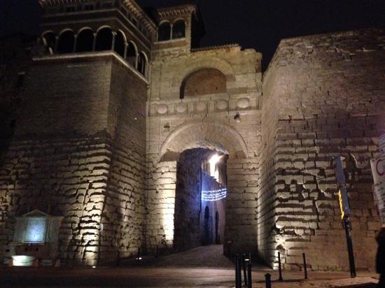 Arco etrusco di notte