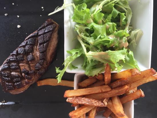 Brasserie club 15: Magret de canard du Lauragais planché, salade et frites