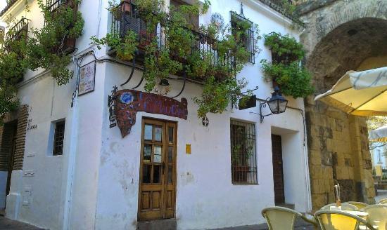 Taberna Restaurante Puerta Sevilla: entrada junto al arco de la puerta de la muralla.