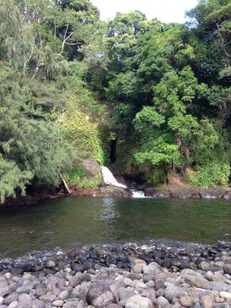 Kolekole Beach Park: Waterfall and cave