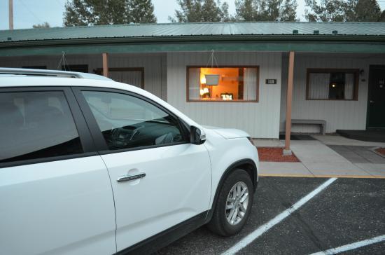 Dakota Cowboy Inn: Parking lot