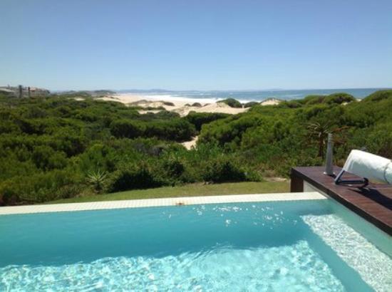 Moya Manzi Beach House: Aussicht zum Pool und Ozean