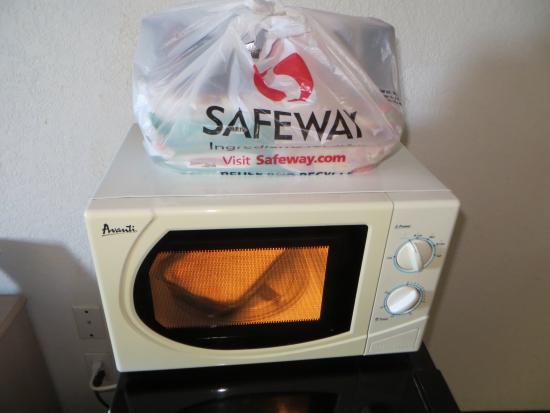 Days Inn Benson: My Safeway bag sitting on top of the microwave just as i left it before it was missing...