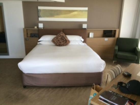 Sofitel Gold Coast Broadbeach: Large king bed with a pillow menu, great idea!