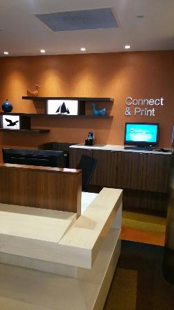 Fairfield Inn & Suites Tustin Orange County: The business center in the front lobby.