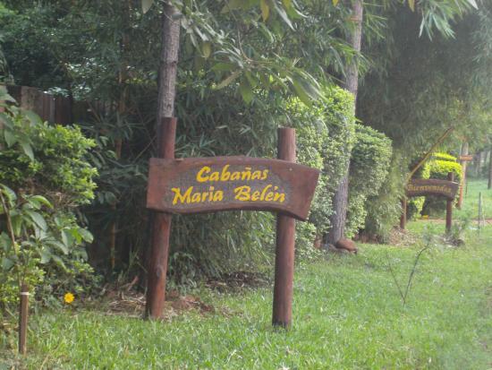 Cabañas Maria Belen: la entada y jardín