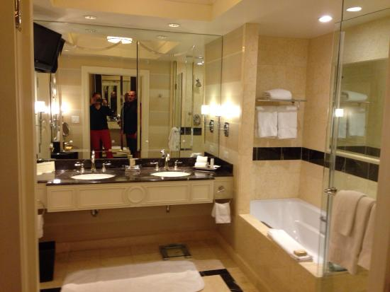 The Palazzo Resort Hotel Casino: Suite bathroom