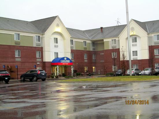Candlewood Suites Detroit - Troy : The front entrance to the hotel.