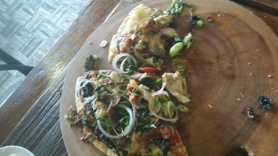 Old Brickworks Brasserie at Potters Hunter Valley: This was supposedly a meatlovers pizza.
