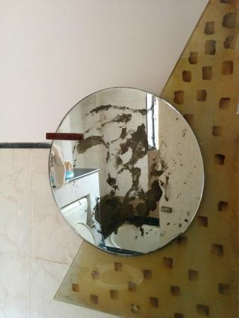 Rahi Plaza Hotel: Stained Mirror