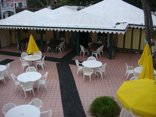Sebastian's on the Beach: Courtyard between beachfront rooms and restaurant