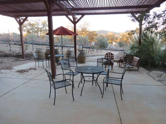 Milagro Farm Vineyards and Winery: Outside Patio (dormant plants in December)