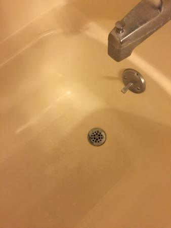 Isle of Capri Casino Hotel Lake Charles : Bottom of tub and this is minutes after we check in and look around room