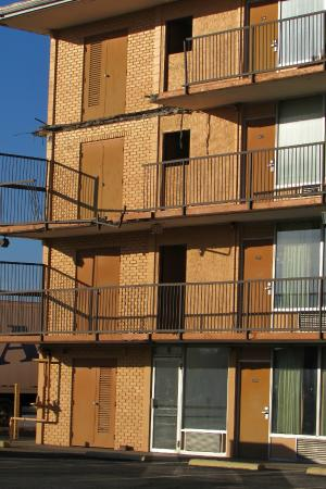 Affordable Inn: Third and Fourth Floor Balcony has FALLEN from building