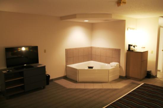 Country Inn & Suites By Carlson, Chippewa Falls: Jacuzzi - Room 112