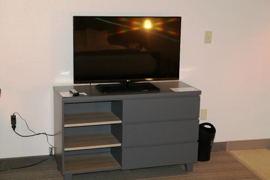 Country Inn & Suites By Carlson, Chippewa Falls: Flatscreen TV - Room 112