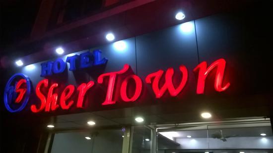 Shereton Hotel: Front