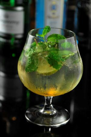 เดอะ กลาสซ์ บาร์: Athenee Hugo - Signature Drink