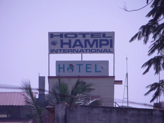 Hotel Hampi International : Hotel board from railway station