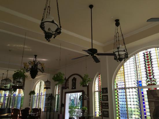 Hotel Majapahit Surabaya managed by AccorHotels: Chilling area decor