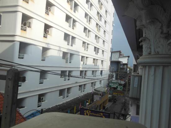 Sawasdee Sunshine Hotel: вид с окна - 3 этаж