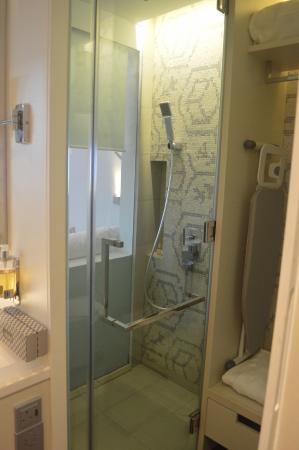 The Daulat: Standard room bathroom