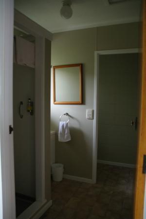 Birchlands Motel: bathroom