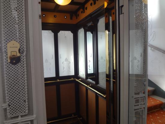 """Hotel Kärntnerhof: Ascenseur """"art nouveau viennois"""""""