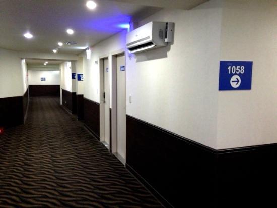 ECFA Hotel Tainan : 客室フロアの廊下。迷路のようなので避難経路の確認をお勧めします。