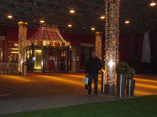 Movenpick Hotel Zurich-Airport: Entrance to hotel