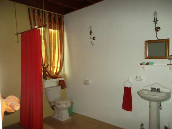Calibishie Sandbar: Ocean View Bathroom