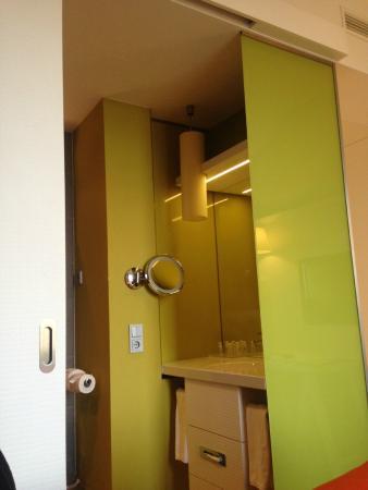 Hotel Indigo Berlin - Ku'damm : Sliding door bathroom