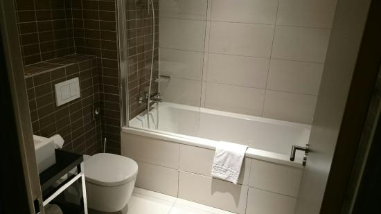 hipark by adagio serris val deurope la salle de bain propre - Chauffe Serviette Salle De Bain