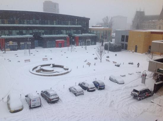 Ramada Iasi City Centre: view from room to Palas Mall, Starbucks (inside under the Palas sign) and the Palace of Culture