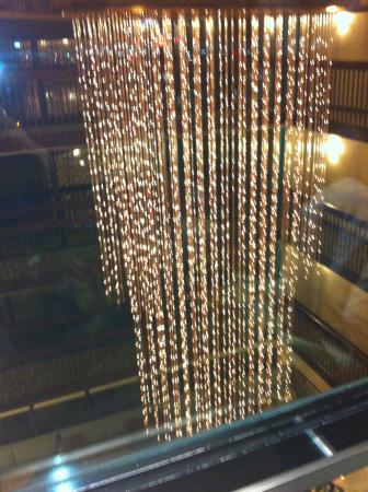 Drury Inn & Suites Houston Hobby Airport: lobby chandelier - view from the elevator