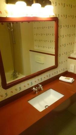 La salle de bain picture of disney 39 s hotel cheyenne - Hotel salle de bain ...