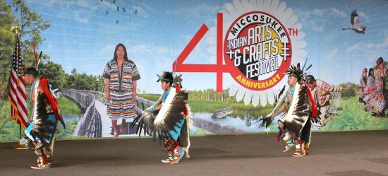 Miccosukee Indian Village : Zuni eagle dancers
