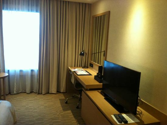 Grand Mercure Bangkok Fortune: Desk with Flat Screen TV