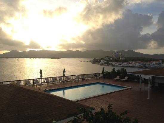 The Summit Hotel : Sunrise over the bay