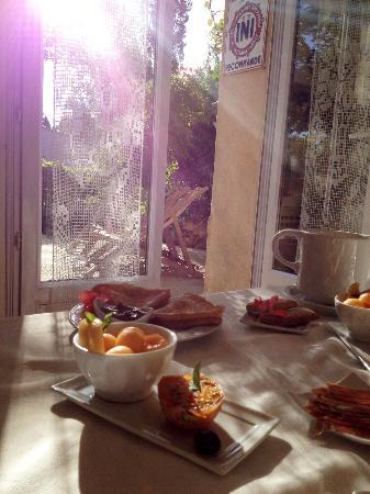 La Charlotte Aix en Provence: Breakfast with sunshine
