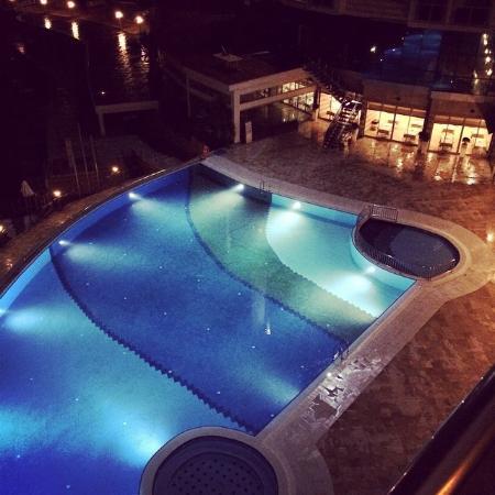 Piscine ext rieur vue balcon picture of charisma de luxe for Piscine de luxe