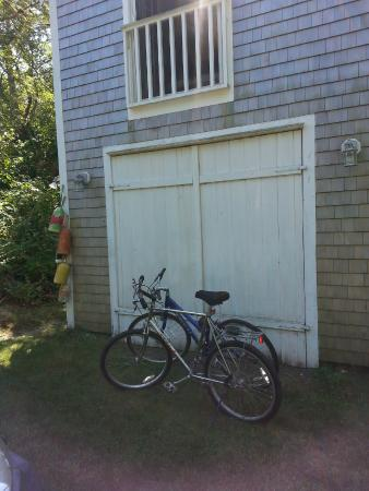 Gull Cottage Bed & Breakfast: Our rental bikes in front of the boat house.
