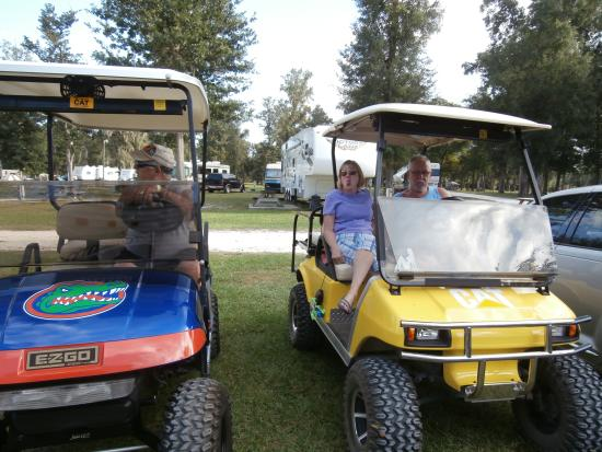 Ellie Ray's RV Resort & Lounge: WAITING TO TAKE A RIDE TO THE RIVER BANK