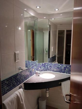 Bathroom picture of premier inn warrington central north hotel warrington tripadvisor Premiere bathroom design reviews