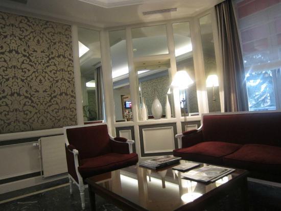 Carlton Lausanne Boutique Hotel : Vaste salon à disposition jouxtant le hall d'entrée