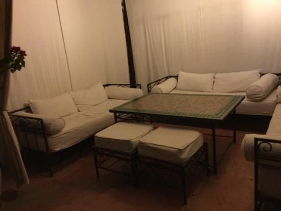 Riad Bamaga Hotel : seating area on the roof