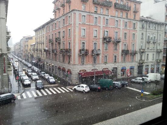 ATAHOTEL Linea Uno Residence: La vista su Viale Monza con la neve