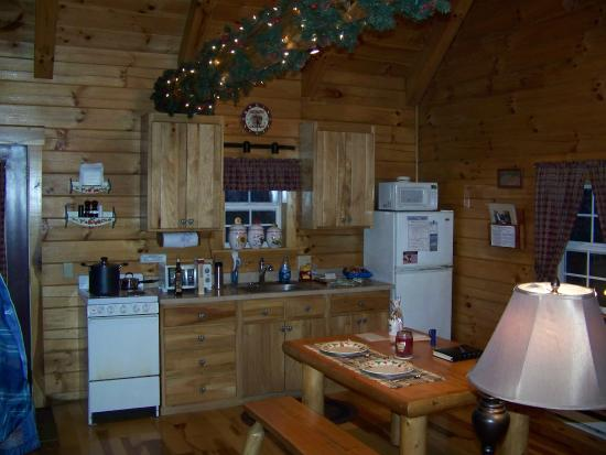 Ash Ridge Cabins: Kitchen filled with all cooking utensils