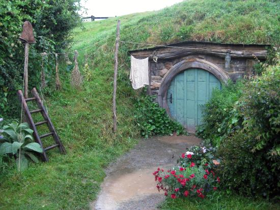 Hinuera, New Zealand: One of many cute hobbit holes